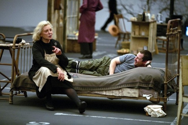 Лорен Бэколл и Ларс фон Триер на съёмках фильма «Догвилль», 2003