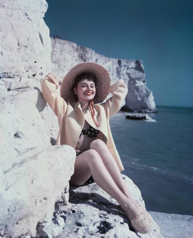 Одри Хепбёрн на пляже в Восточном Суссексе, 1951. Фотограф Джозеф Маккьюэн