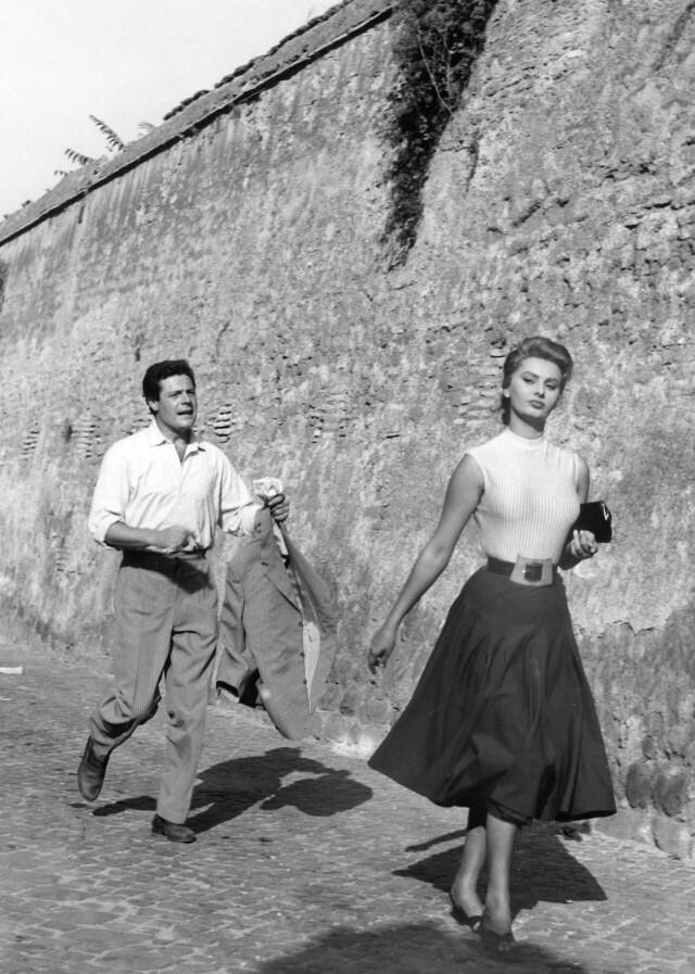 Марчелло Мастроянни и Софи Лорен в фильме «Жаль, что ты каналья» (1954)