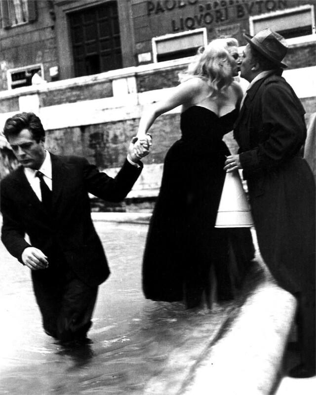 Марчелло Мастроянни, Анита Экберг и Федерико Феллини на съёмках «Сладкой жизни», 1960