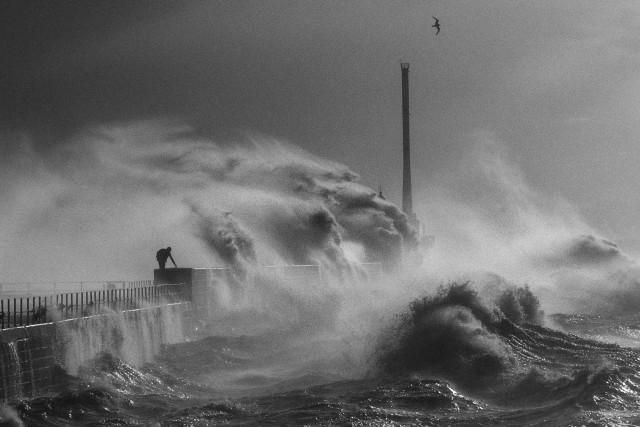 Волны в Гавре, 1984 год. Фотограф Жан Гауми
