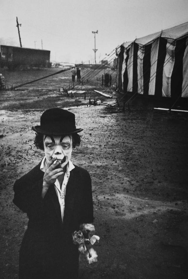 Цирк, клоун Джимми с сигаретой и цветами, 1958. Фотограф Брюс Дэвидсон