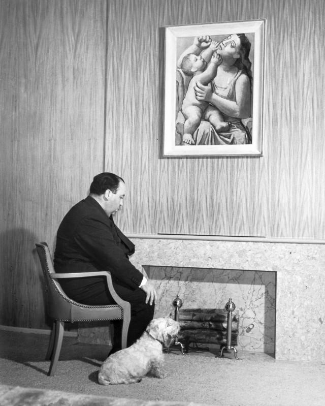 Альфред Хичкок со своим псом в Лос-Анджелесе, 1939. Фотограф Питер Стэкпол