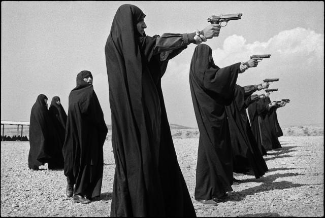Женщины упражняются в стрельбе на окраине Тегерана, Иран, 1986. Фотограф Жан Гауми