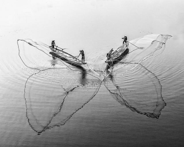 Искусство забрасывать сети. Рыбаки в городе Хюэ, Вьетнам. Фотограф Тран Туан Вьет