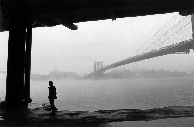 Манхэттенский мост в тумане. Ист-Ривер, Нью-Йорк, 1986. Фотограф Фердинандо Шанна