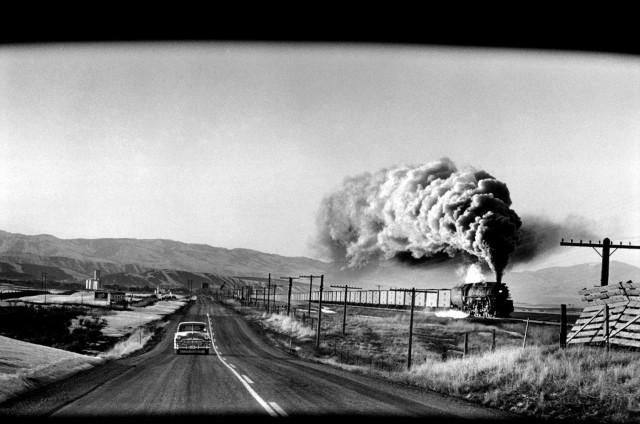 Поезд и автомобиль, Вайоминг, 1954. Фотограф Эллиотт Эрвитт