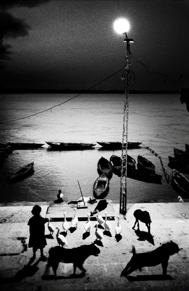 Раннее утро в Варанаси, Индия, 2005. Фотограф Сохраб Хура