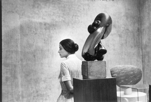 Сильвана Мангано в Музее современного искусства в Нью-Йорке, 1956. Фотограф Ева Арнольд