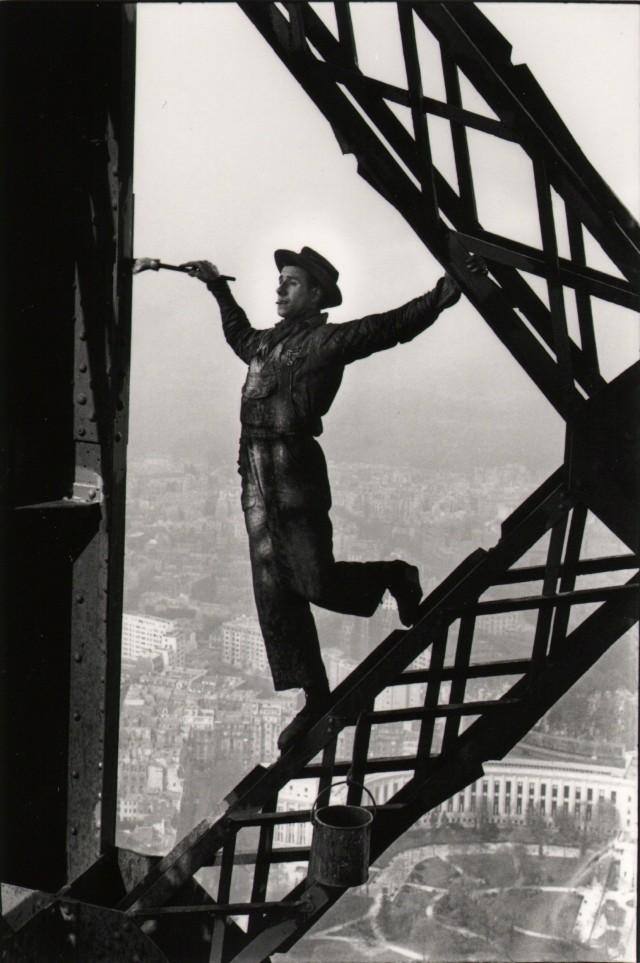 Маляр на Эйфелевой башне, Париж, 1953. Фотограф Марк Рибу