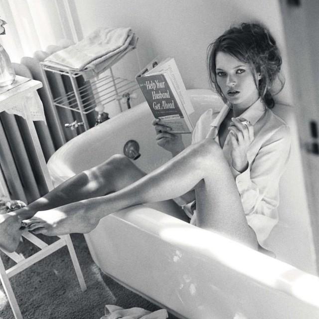 Кейт Мосс с книгой. Фотограф Санте Д'Орацио