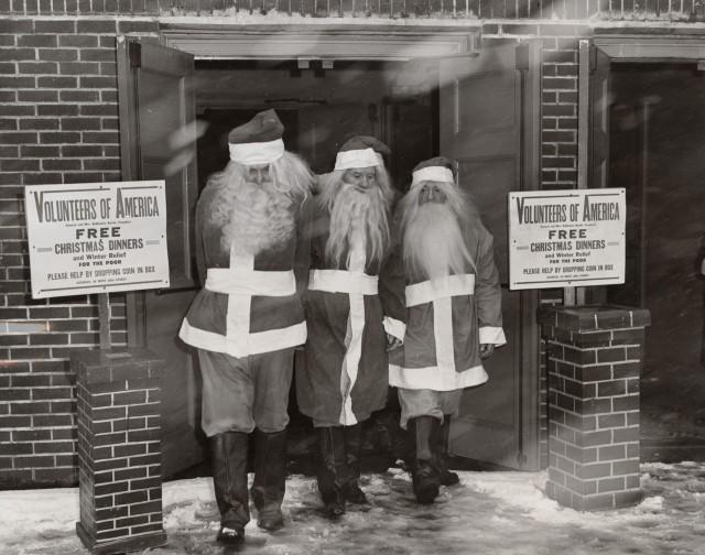 Уличные Санта-Клаусы приступают к работе. Автор неизвестен