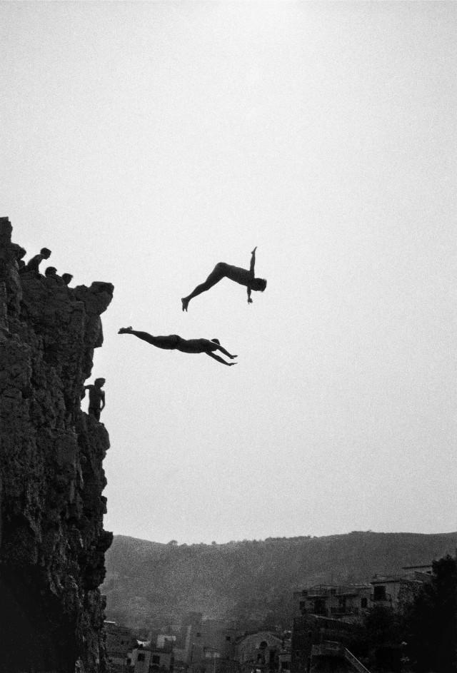 Прыжки в воду с высоких скал. Сицилия, Италия, 1982. Фотограф Фердинандо Шанна