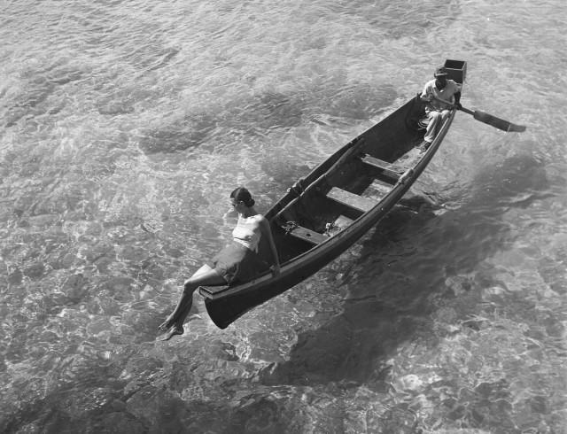 На краю лодки, Монтего-Бей, Ямайка, 1946. Фотограф Тони (Антуанетта) Фрисселл