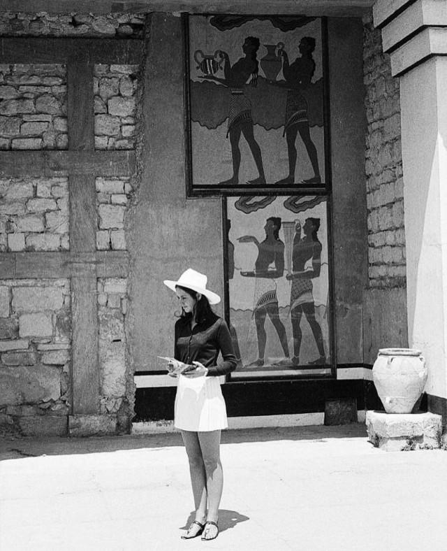 Туристка на экскурсии в Кносском дворце, Крит, 1970-е. Фотограф Марио де Бьязи