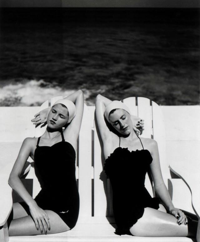 Близнецы на пляже, Harper's Bazaar, 1949. Фотограф Луиза Даль-Вульф