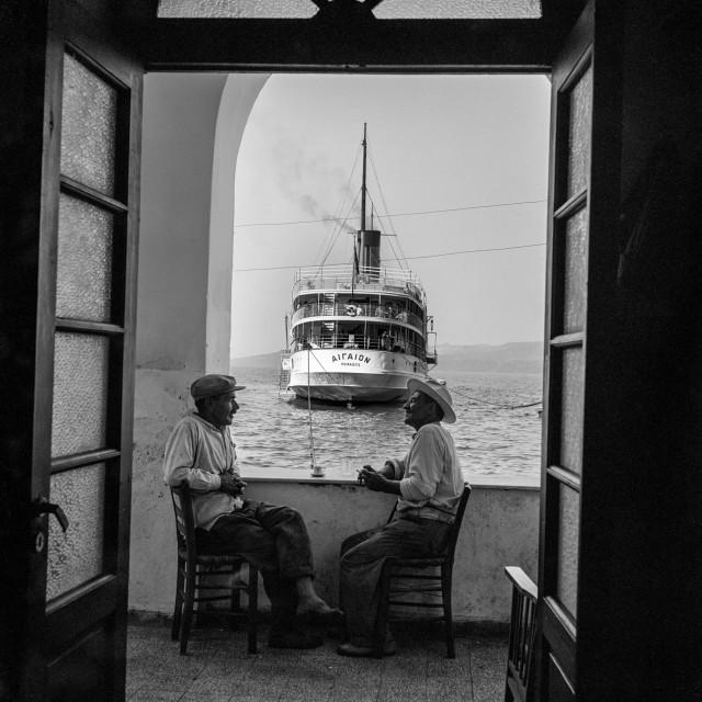 Душевный разговор за чашечкой кофе в порту острова Санторини, Греция, 1954. Фотограф Роберт МакКейб