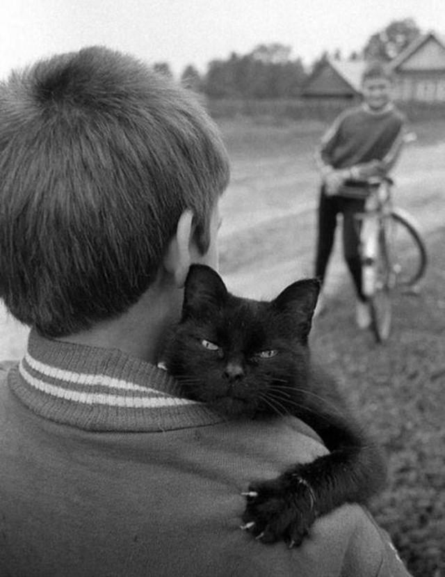 Чёрный кот и его человек. Фотограф Пол Маккейн