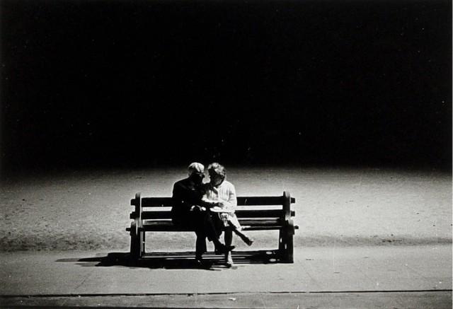 Пожилая пара на скамейке ночью, Санта-Моника, 1962. Фотограф Диана Арбус