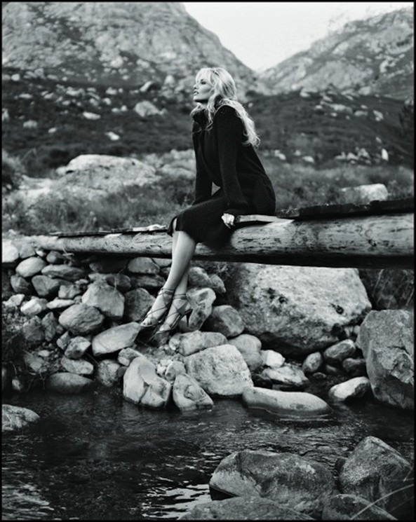 Адриана Карамбё (Скленарикова), 2003. (В 2000 году включена в Книгу рекордов Гиннесса как обладательница самых длинных ног среди женщин). Фотограф Франсуа Дарминьи
