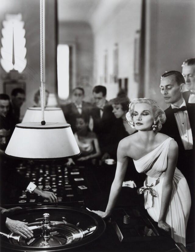Санни Харнетт в вечернем платье от Grès в казино. Ле-Туке, Франция, 1954. Фотограф Ричард Аведон