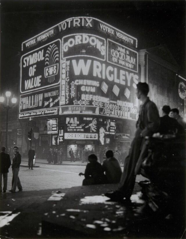 Пикадилли, Лондон, 1955. Фотограф Ханнес Килиан