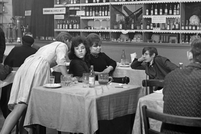 В кафе. Лодзь, Польша, 1968. Фотограф Богдан Дзиворский