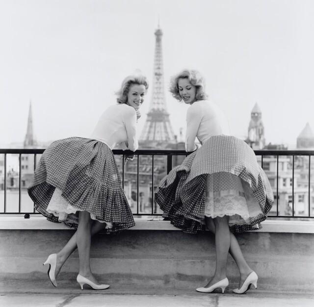 Сёстры-близнецы Элис и Эллен Кесслер в Париже, 1960. Фотограф Бен ван Меерендонк