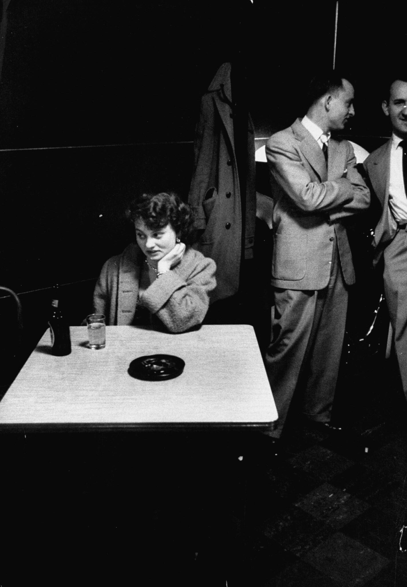 Барная сцена, 1955. Фотограф Джон Доминис