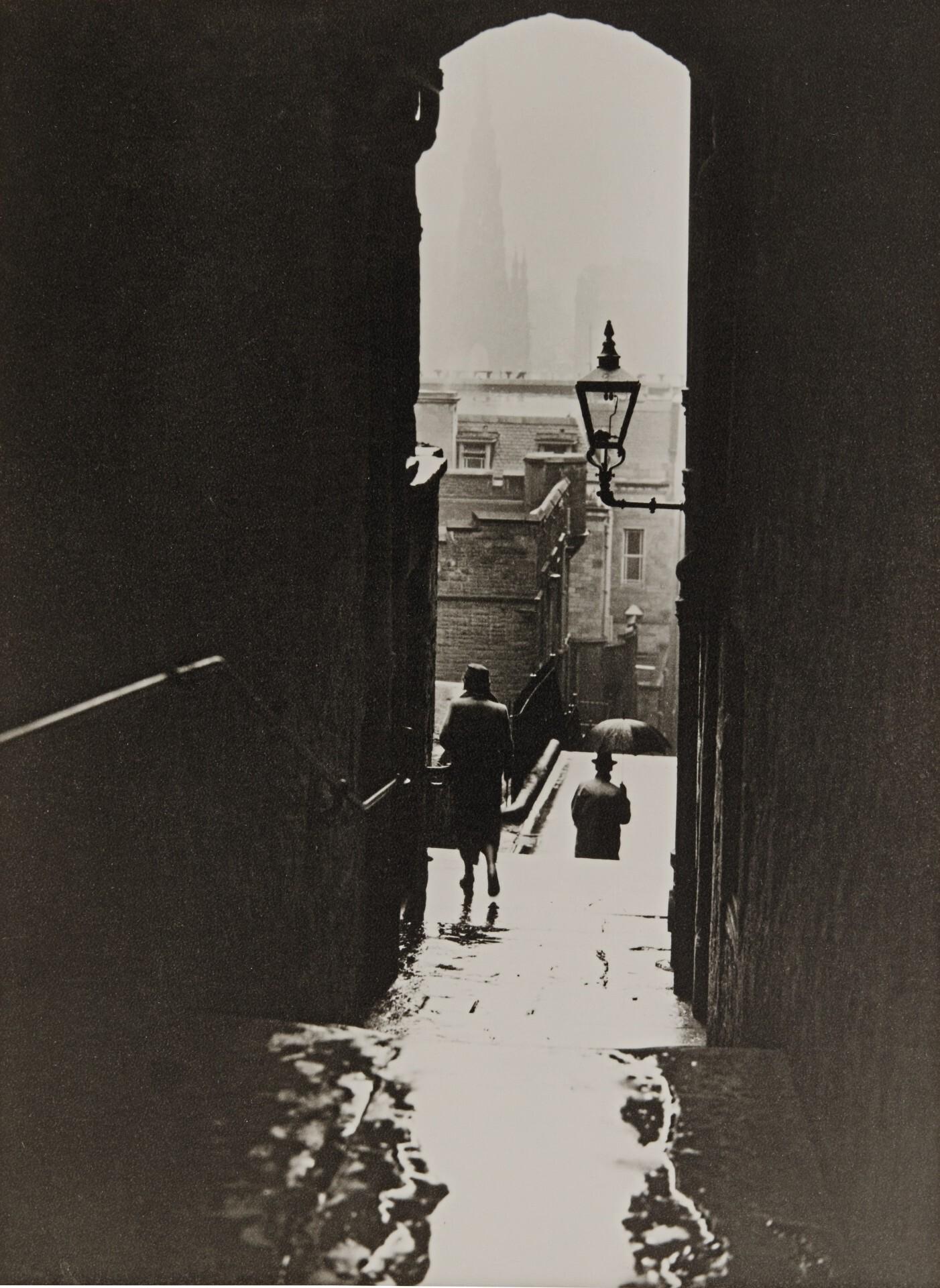 Эдинбург под дождём, ок. 1950. Фотограф Норман Паркинсон