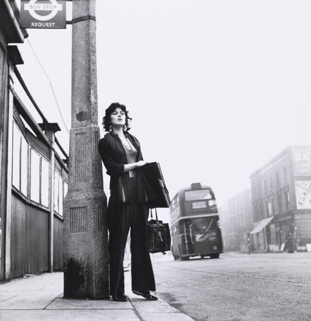 Женщина на автобусной остановке, 1960. Фотограф Эдвард Куинн