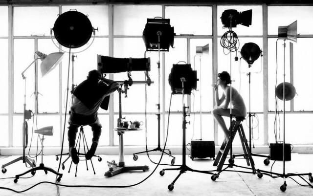 Перерыв на чашку чая. Фотограф Сэм Хаскинс с моделью в студии, 1963