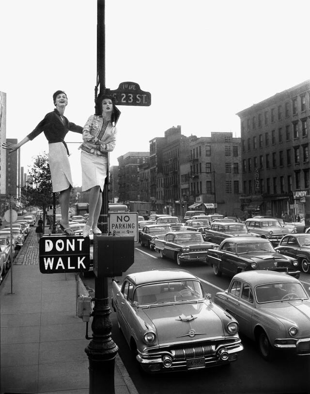 Кармен Делль'Орефиче и Бетси Пикеринг для Harper's Bazaar. Первая авеню и 23-я улица, Нью-Йорк, 1958. Фотограф Уильям Хелберн