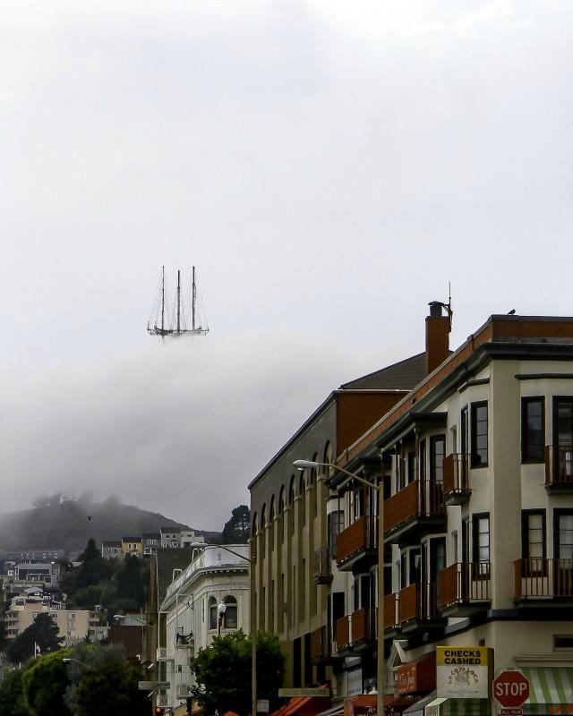 Башня Сютро в Сан-Франциско, похожая на летающий корабль