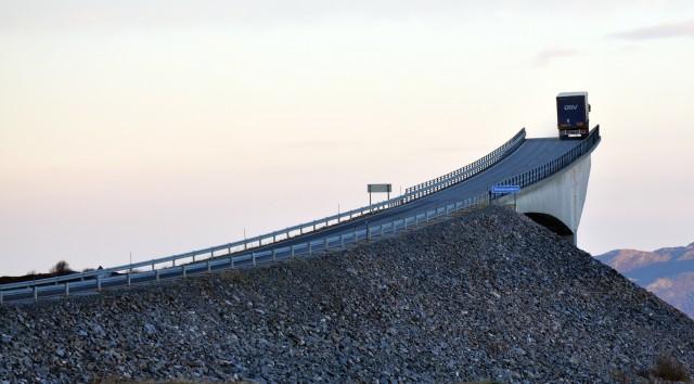 С определённого ракурса «мост в никуда». Сторсезандетский мост (он же «пьяный мост») в губернии Мёре-ог-Ромсдал, Норвегия