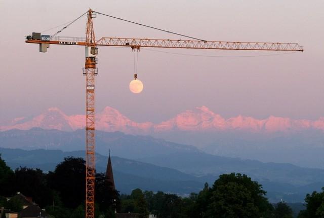Луна, зависшая на кране, на фоне Швейцарских Альп