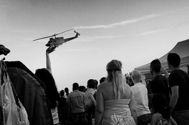 Коснуться вертолёта. Фотограф Петрос Котзабасис