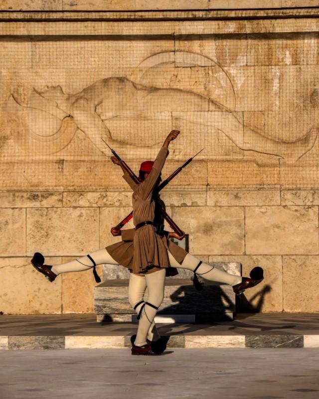Члены Президентской гвардии Греции у Могилы Неизвестного солдата в Афинах, Греция. Фотограф Мухаммед Мухейсен