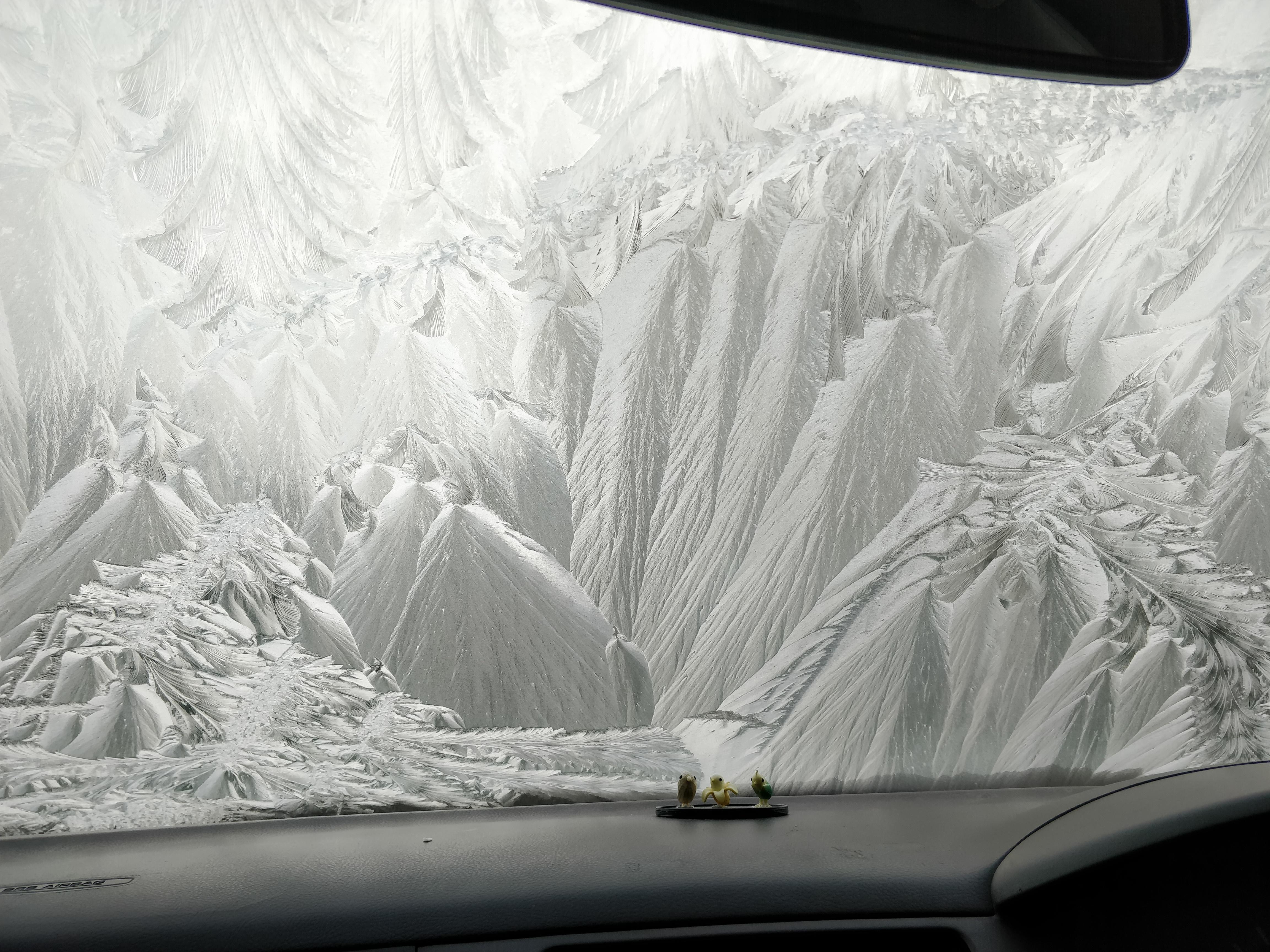 Узор на замёрзшем лобовом стекле напоминает заснеженные горы. Автор Liamers