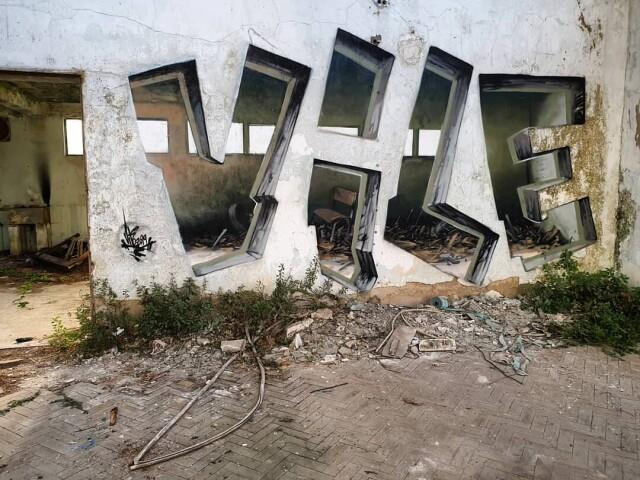 Дверь настоящая, а остальное – граффити. Художник Vile