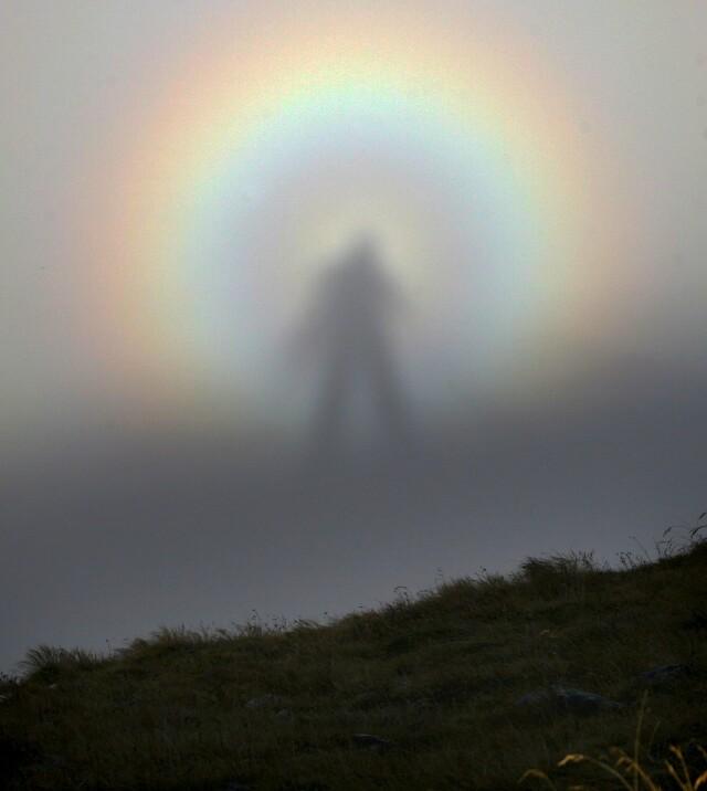 Эффект «брокенского призрака» с тенью человека