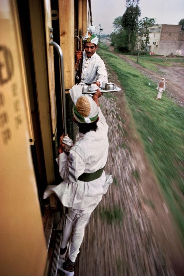 Чай в поезде, Пакистан. Автор Стив Маккарри