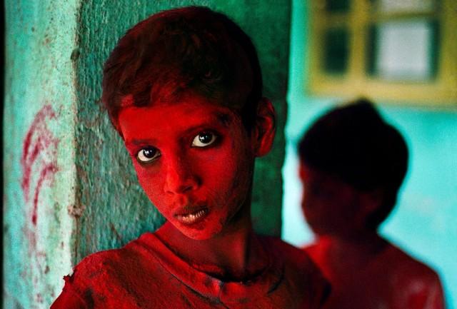 Мальчик в красной краске на фестивале Холи. Мумбаи, Индия, 1996. Автор Стив Маккарри