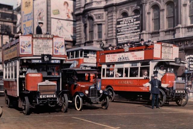 Регулировщик движения на Трафальгарской площади в Лондоне, 1929 года. Автохром, фотограф Клифтон Р. Адамс
