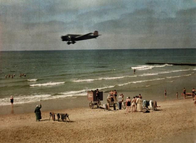 Самолёт над пляжем в Германии, 1928. Автохром, фотограф Вильгельм Тобьен