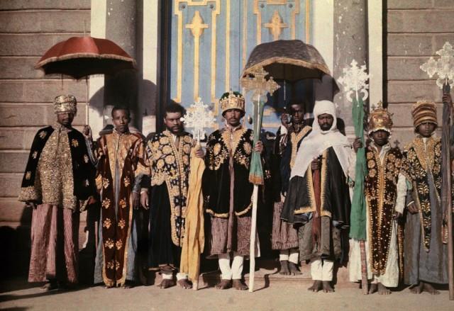 Священнослужители перед собором в Аддис-Абебе, Эфиопия, 1931. Автохром, фотограф В. Роберт Мур