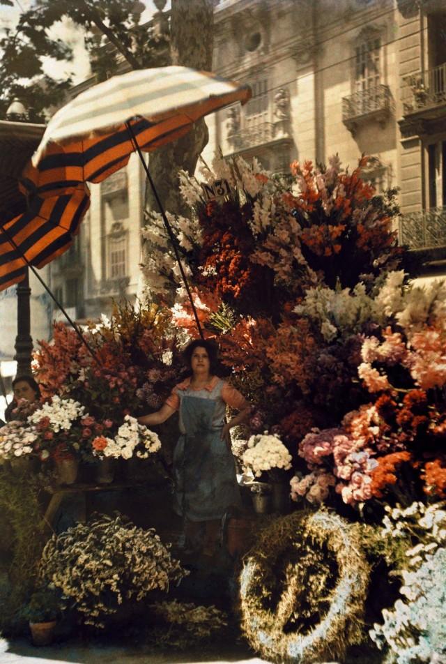Цветочница в Барселоне, Испания, 1929. Автохром, фотограф Жюль Жерве-Куртельмон