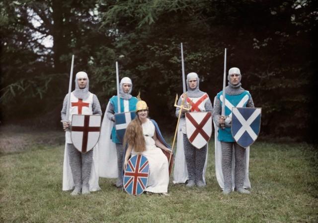 Британия и её рыцари на театрализованном представлении в Гэмпшире, Англия, 1928. Автохром, фотограф Клифтон Р. Адамс