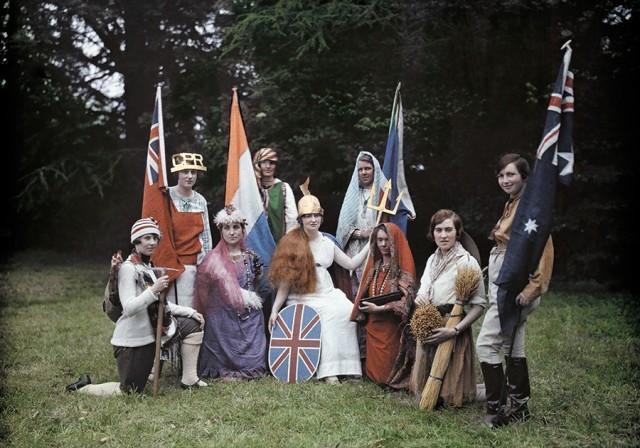 Инсценировка с персонажами, изображающими Британию и её колонии, 1928. Автохром, фотограф Клифтон Р. Адамс