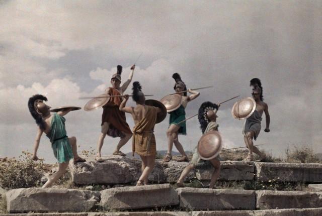 Молодёжь в Салониках разыгрывает Македонскую битву, 1930. Автохром, фотограф Мейнард Оуэн Уильямс